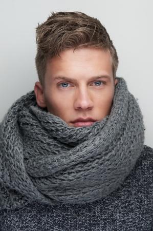 2112b8705fe Comment porter l écharpe quand on est un homme   - Image Nouvelle